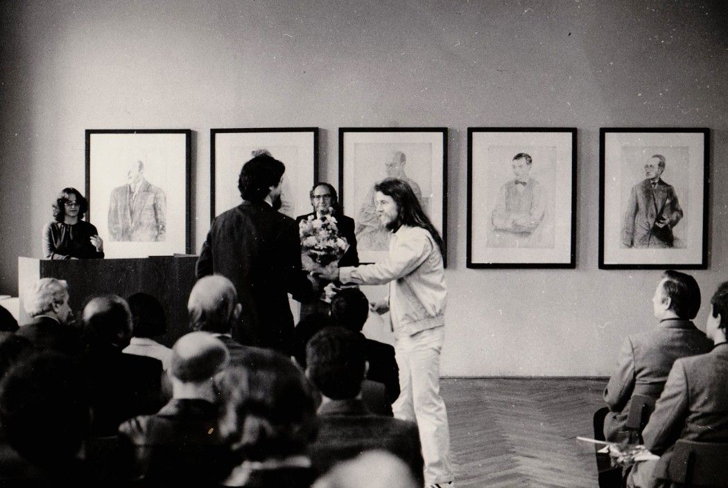 Diplomübergabe 1980 Gatzemeier überreicht Rink Blumen