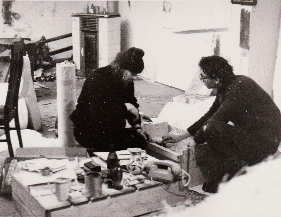 Packen für Ausreise aus der DDR mit Holker Hartig im Atelier Döbeln